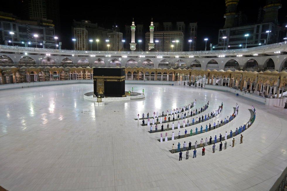 Un grupo realiza la oración Al-Fajr en Arabia Saudí.
