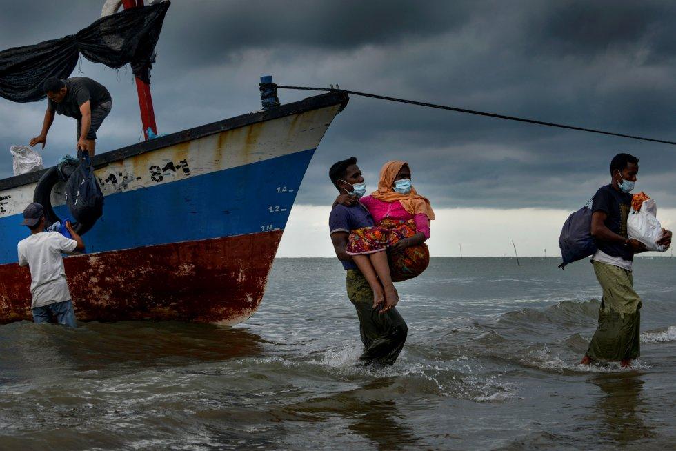Rescatan a una mujer en Indonesea de un barco a la deriva, en el que iban cientos de rohinyás.