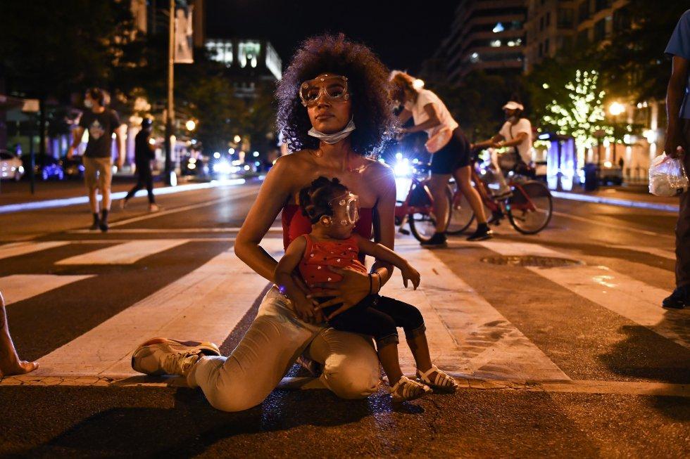 Twana Buck y su hija Bonita, en medio de una protesta cerca a la Casa Blanca, en Washington, por la muerte de George Floyd.
