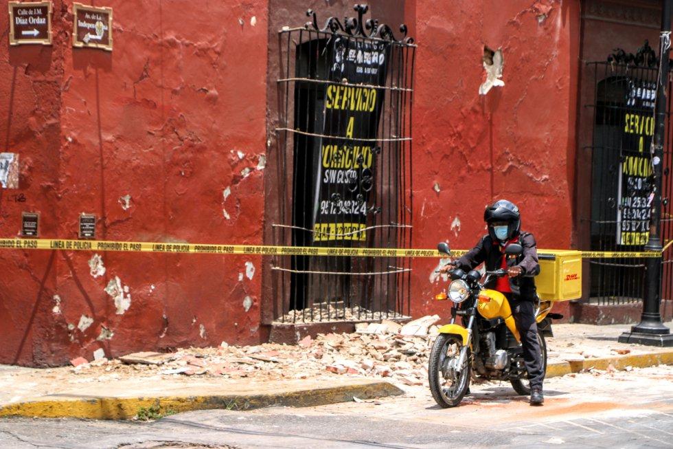 Un motociclista, en medio del terremoto en Oaxaca, México.