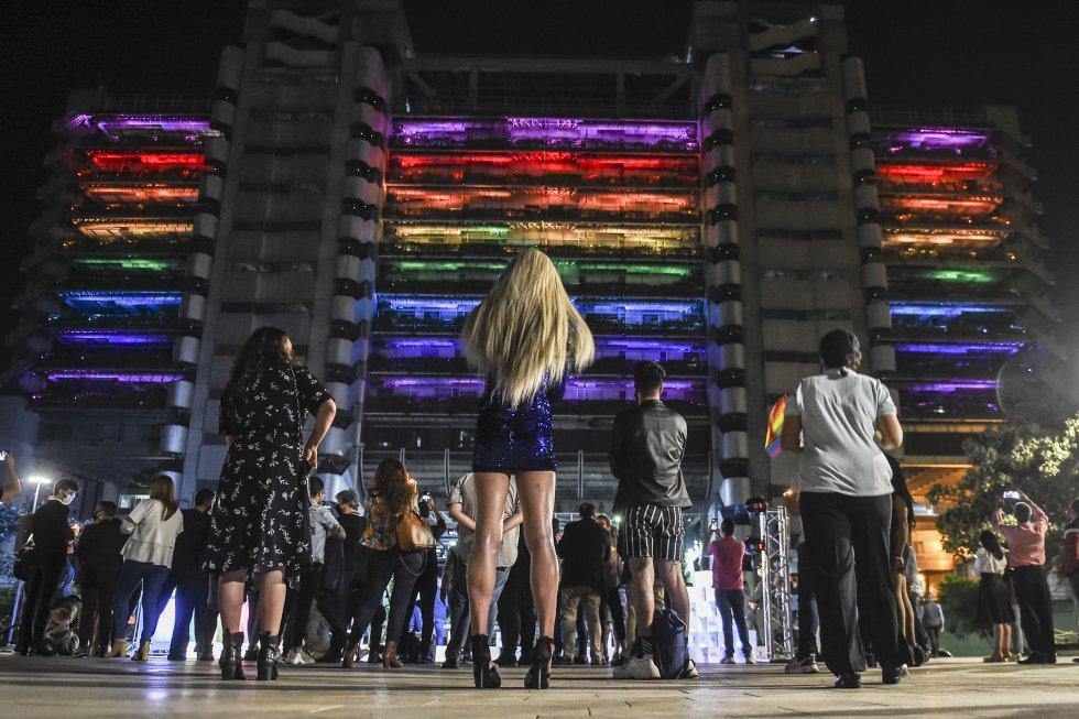 El edifico de Empresas Publicas de Medellin se vistió de los colores del Mes del Orgullo.
