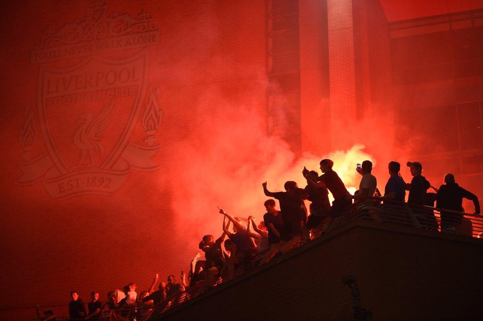 Fanáticos celebran la victoria de Liverpool en la Premier League.