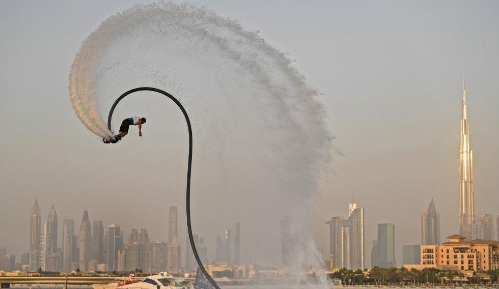 Un atleta realiza un espectáculo con un jetpack en el primer día del Festival de Deportes Acuáticos de Dubai