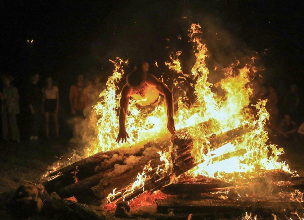 Un hombre salta sobre el fuego en el Festival Rasos, en Lituania.