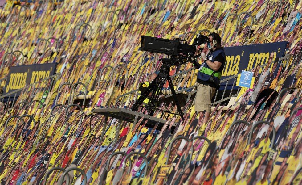 Un camarógrafo entre los asistentes del partido del Villarreal CF contra Sevilla FC.