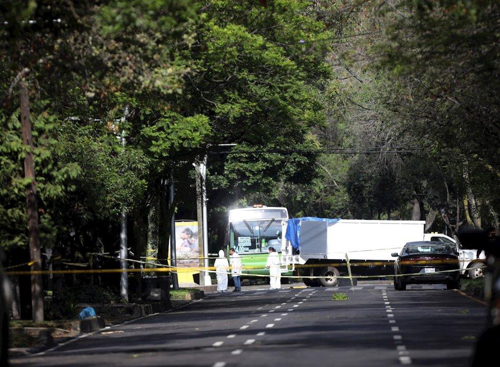 Peritos forenses laboran en la zona del atentado por un grupo armado al secretario de seguridad ciudadana, Omar García Harfuch, la mañana de este viernes en Ciudad de México (México).
