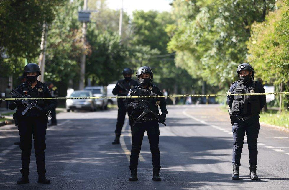 Agentes de la policía capitalina resguardan la zona del atentado por parte de un grupo armado al secretario de seguridad ciudadana, Omar García Harfuch, la mañana de este viernes en Ciudad de México (México).