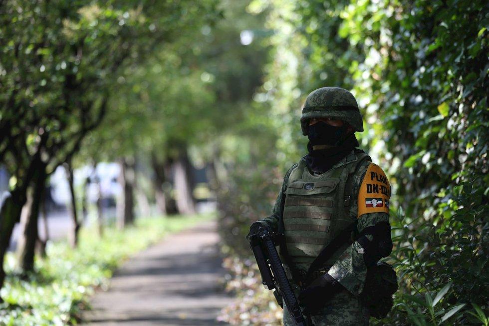 Agentes del Ejercito Mexicano resguardan la zona del atentado por parte de un grupo armado al secretario de seguridad ciudadana, Omar García Harfuch, la mañana de este viernes en Ciudad de México (México).
