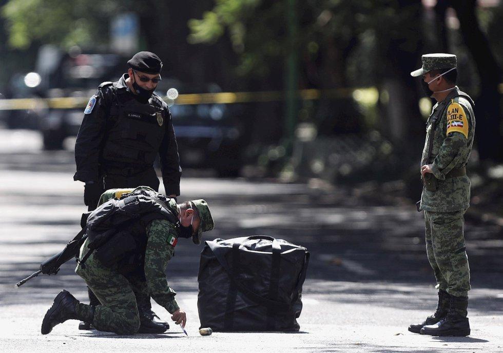 Agentes del Ejercito Mexicano supervisan casquillos percutidos en la zona del atentado, por un grupo armado al secretario de seguridad ciudadana, Omar García Harfuch, la mañana de este viernes en Ciudad de México (México).