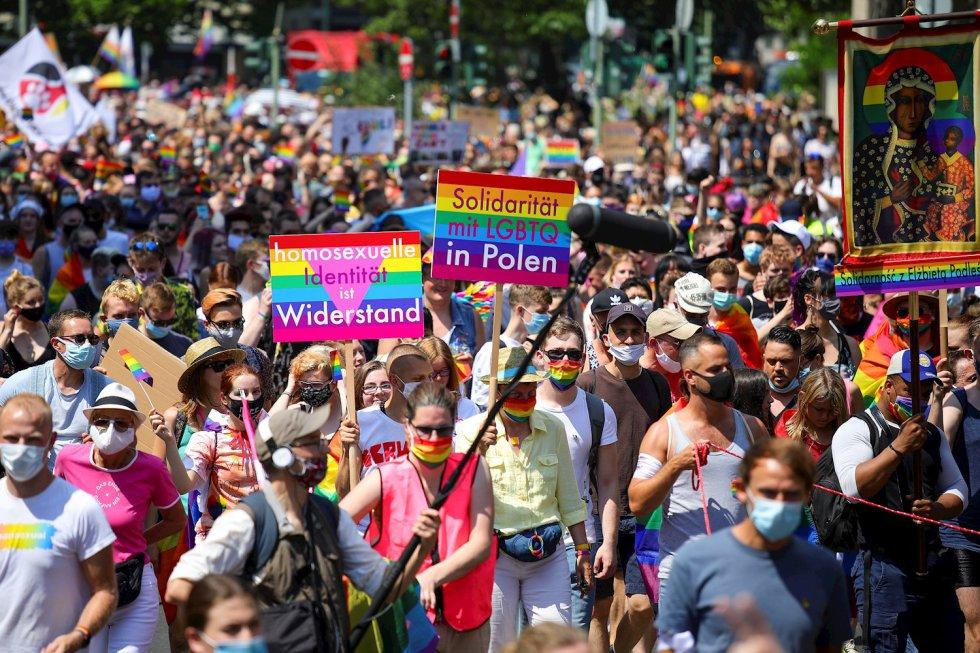 Una multitud marchó en Berlín el 27 de junio bajo el lema Salva nuestra comunidad, salva nuestro orgullo.