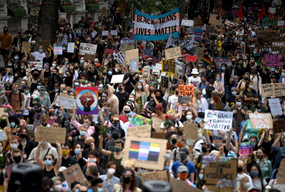Protestantes marchan como parte de una demostración LGBTI en apoyo a la comunidad trans afrodescendiente, en Londres. El desfile original para celebrar los derechos LGBTI fue cancelado debido a la pandemia.