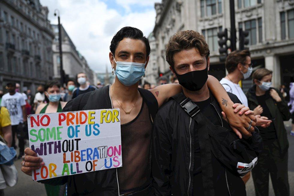 Antiguos miembros Frente de Liberación Gay de Londres celebran el aniversario 50 de la organización al realizar la ruta del desfile del Orgullo que fue cancelado.