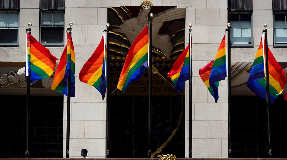 Banderas izadas en el Centro Rockefeller, en Nueva York.