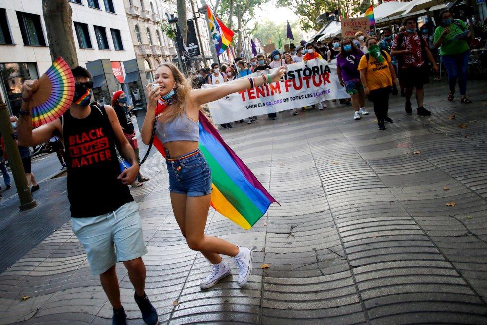 Cientos de personas participan en la celebración del Día del orgullo 2020 en Barcelona organizada por la Federación Estatal de Lesbianas, Gais, Trans y Bisexuales FELGTB.