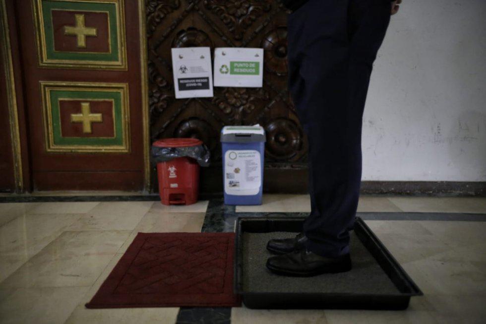 Cumpliendo las medidas de bioseguridad establecidas por el gobierno, MinInterior dio autorización a 54 municipios con baja afectación por Covid para abrir iglesias. En Bogotá, siguen realizando sus transmisiones en vivo por diferentes plataformas