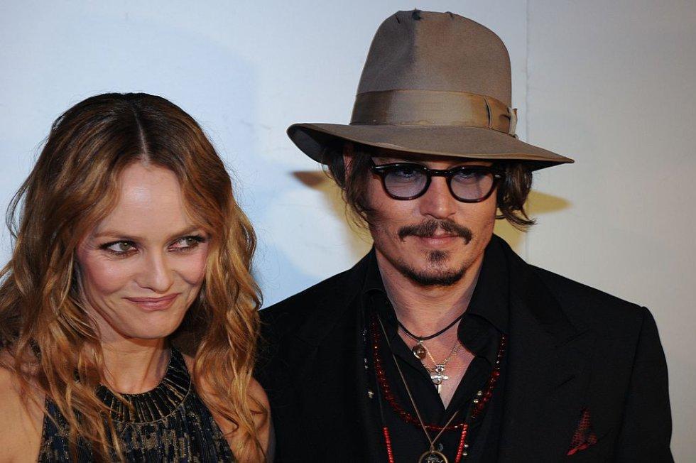 Johnny Depp cuenta con fama de mujeriego y parece que mientras estaba con Vanessa Paradis estuvo ivolucrado con varias mujeres.