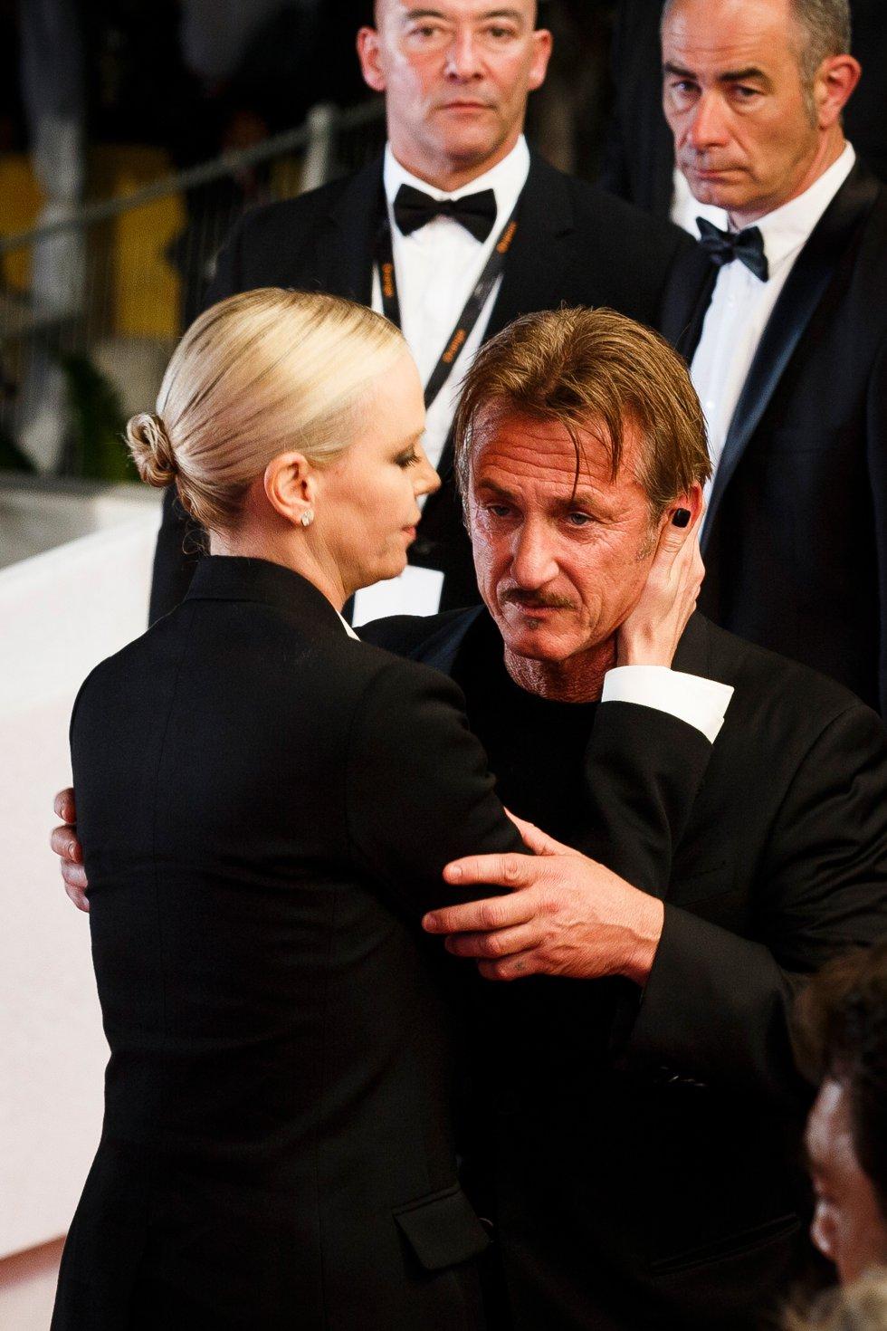 Sean Penn le fue infiel a la guapa Charlize Theron con Fleur Van Edeen, una actriz.