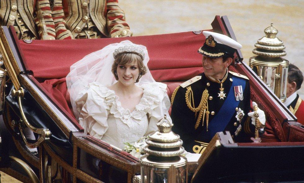 Incluso antes de casarse, Lady Di fue engañada por el príncipe Carlos con Camilla Bowles, su actual esposa.