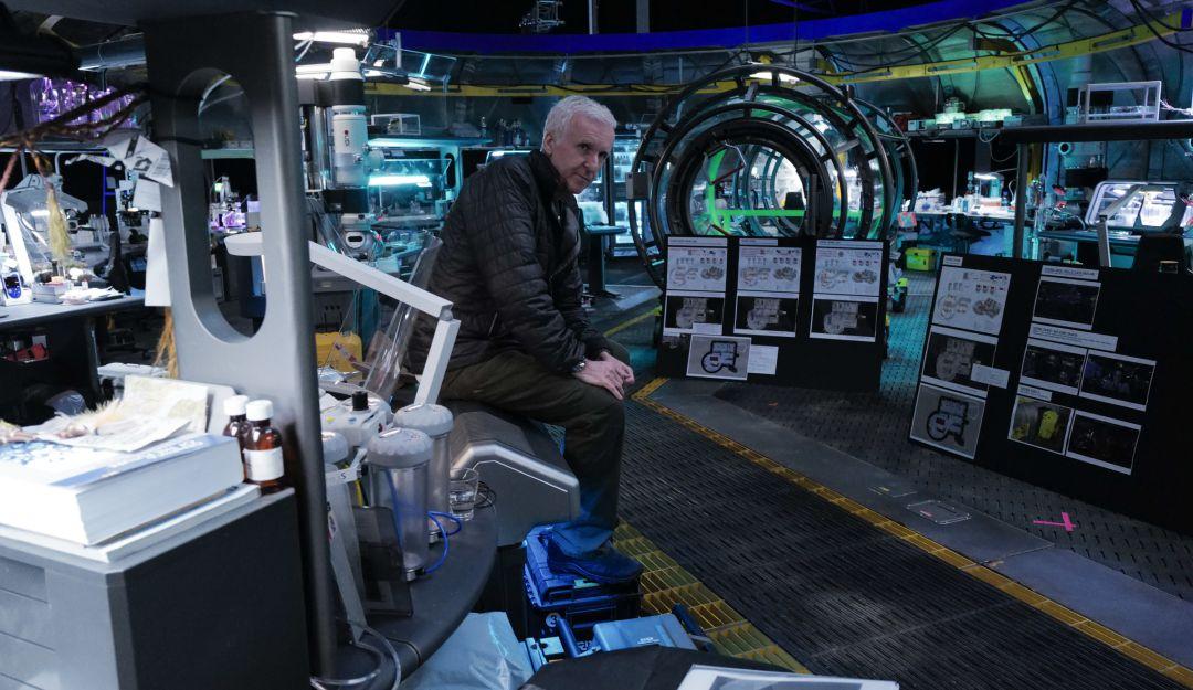 .James Cameron posa en la base de Pandora en medio del rodaje de Avatar 2.