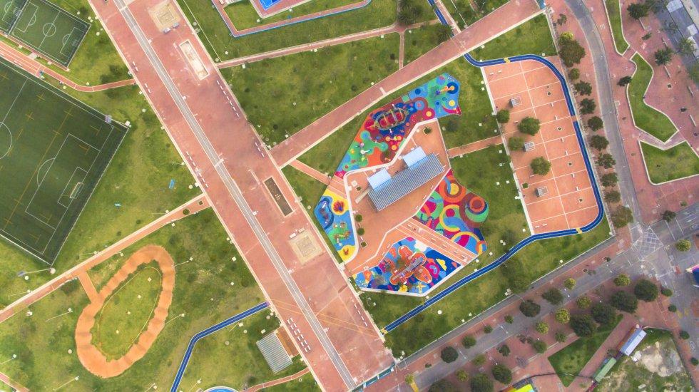 Busque formas, líneas y texturas: Fotografiar desde el aire nos abre un mundo de posibilidades que no podemos visualizar desde tierra. Trate de capturar formas interesantes en el terreno, líneas, patrones y texturas