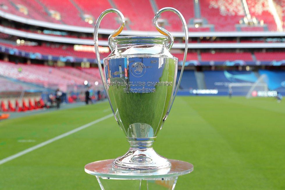 El trofeo de la Champions League pesa 7.5 kilos. Mientras que mide un total de 73.5 centímetros.