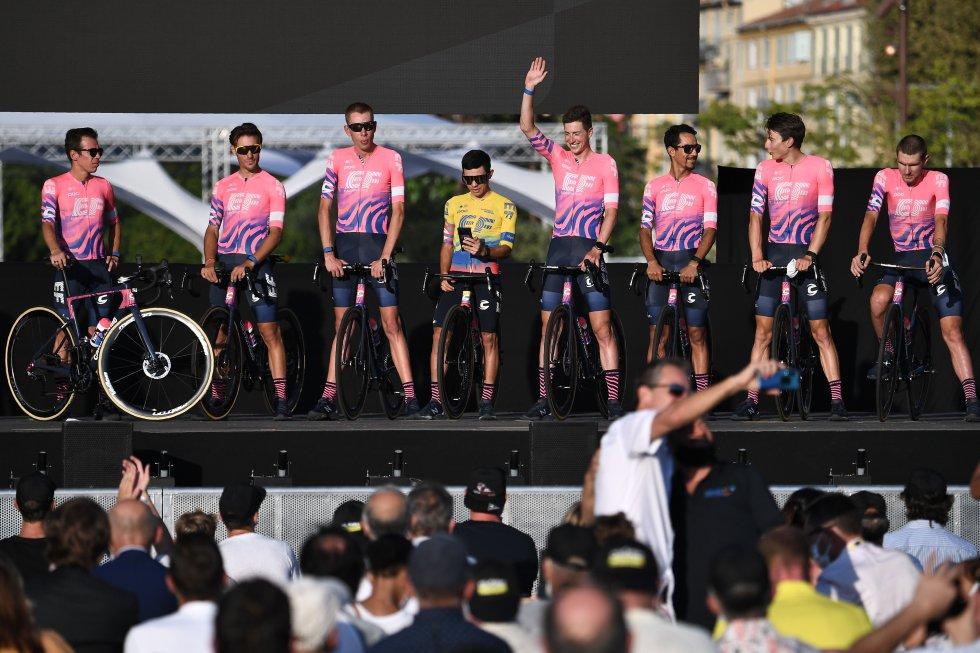 Ciclistas colombianos en el Tour: Tour de Francia: Pasillo de honor a Egan en la presentación de equipos