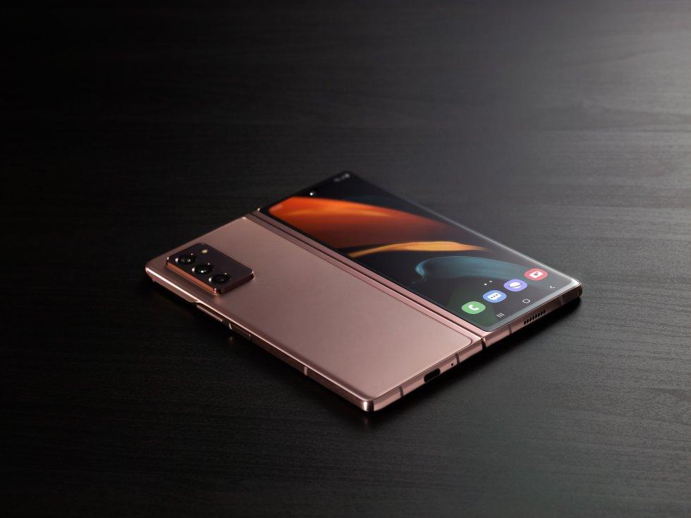 El Galaxy Z Fold2 incorpora una pantalla de cubierta Infinity-O de 6,2 pulgadas. Cuando se despliega en su totalidad, la  pantalla principal queda e  7,6 pulgadas.