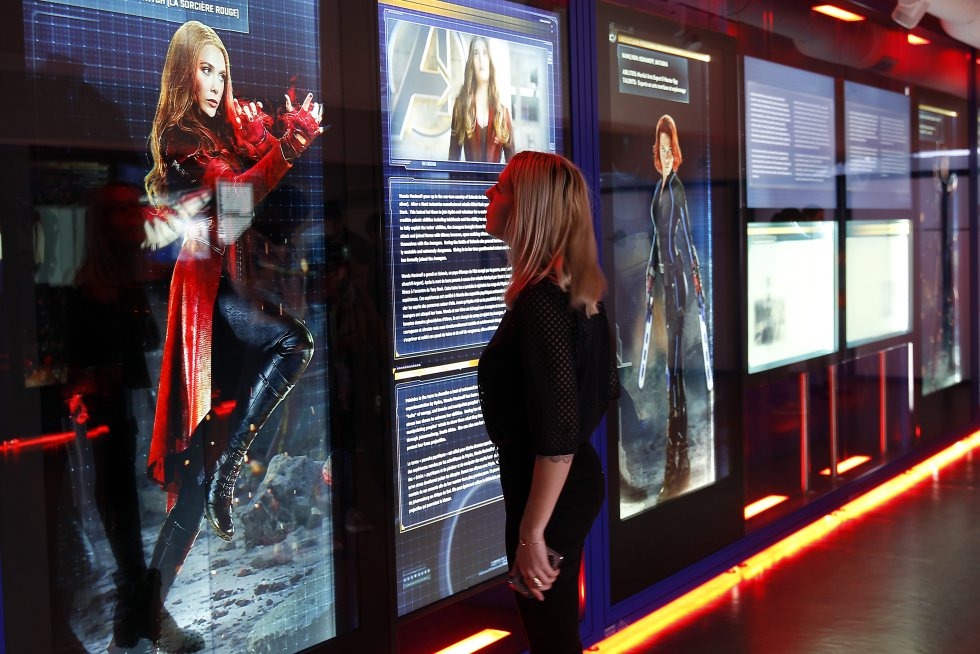 Elizabeth Olsen luciendo su traje de Scarlet Witch o la Bruja Escarlata. Este personaje originalmente en los cómics es hija del poderoso Magneto, junto a su hermano Quicksilver.