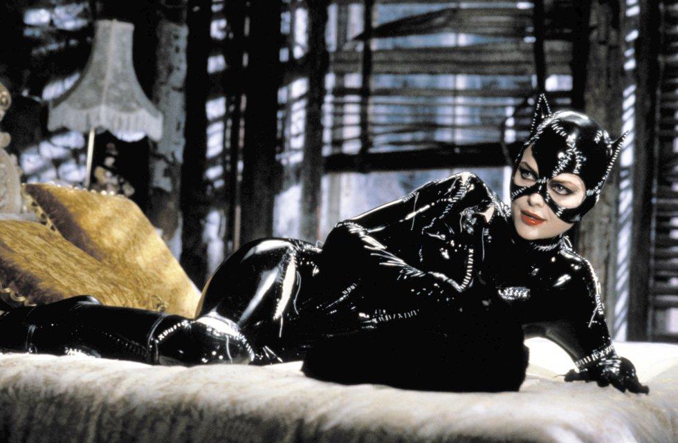 ¡Brillante! En la película Batman Returns, Selina Kyle (Michelle Pfeiffer) es una solitaria oficinista que trabaja para el millonario Max Schreck, quien planea robar la energía eléctrica de Ciudad Gótica. Más adelante encontraría su verdadero propósito.