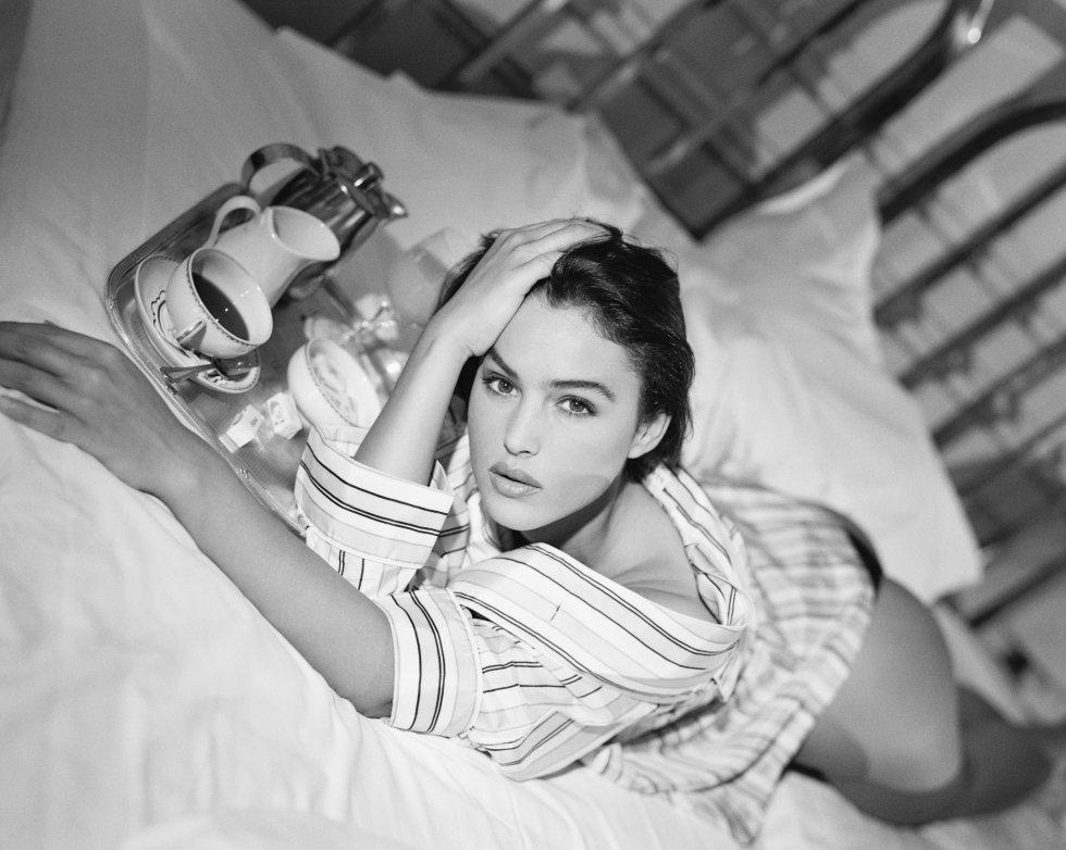 La actriz y modelo italiana Monica Bellucci viste una blusa de pijama diseñada por Lanvin Homme, 1990