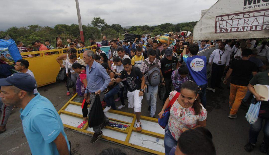 Venezolanos en Colombia: A la fuerza, más de 300 venezolanos intentan cruzar  la zona fronteriza | Nacional | Caracol Radio