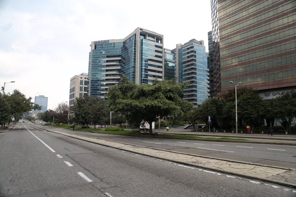 Este era el panorama en distintas vías del país. Como se puede apreciar las calles se encontraban completamente vacías, sin vehículos particulares, motos o bicicletas