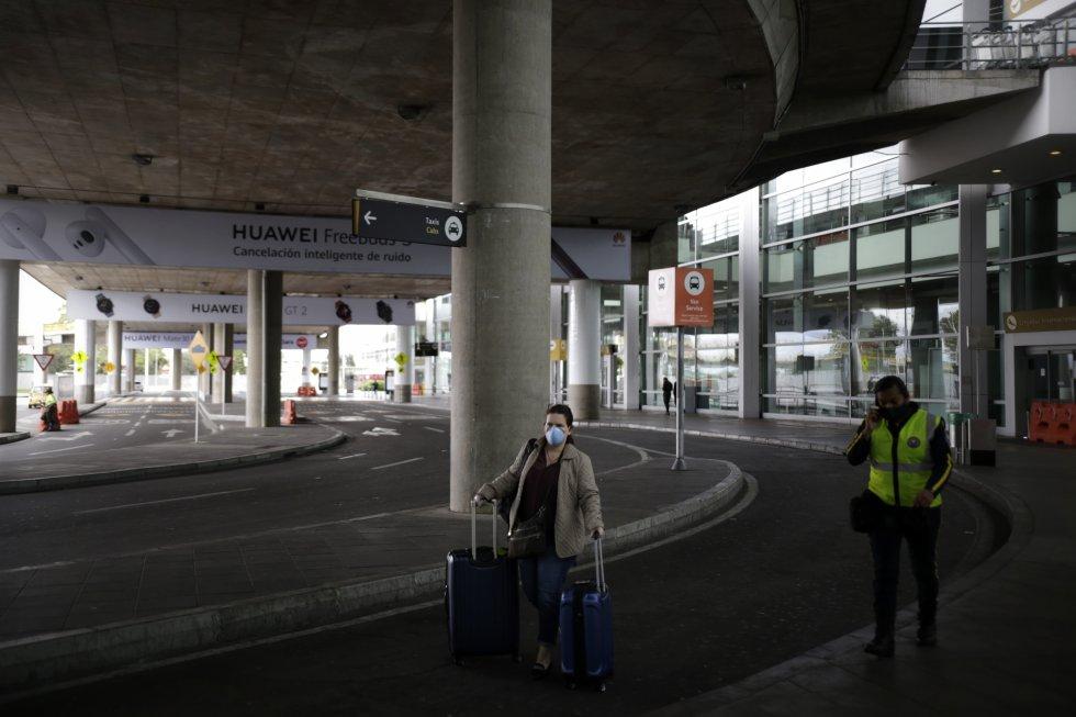 06 de abril del 2020. Tras 15 días desde que se dio por orden presidencial el cierre del Aeropuerto Internacional el Dorado, este seguía operando pero solamente para vuelos humanitarios y de carga que se fueran autorizados, siguiendo los protocolos de bioseguridad