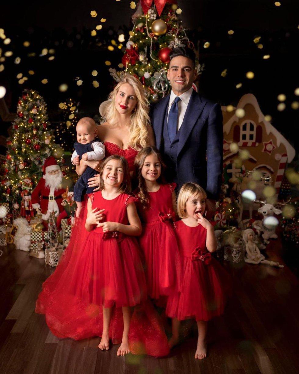 El futbolista disfrutó una noche de sorpresas junto a su esposa y sus hijos.