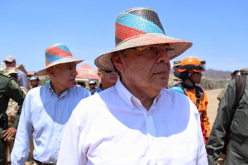 Ministro de defensa Carlos Holmes Trujillo y el embajador de estados unidos Philip Goldberg visitan comunidades wayuú de la alta guajira.