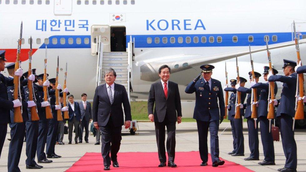 El primer ministro de la República de Corea, Lee Nak-Yeon llegó a Colombia y fue recibido por Carlos Holmes Trujillo cuando era canciller.