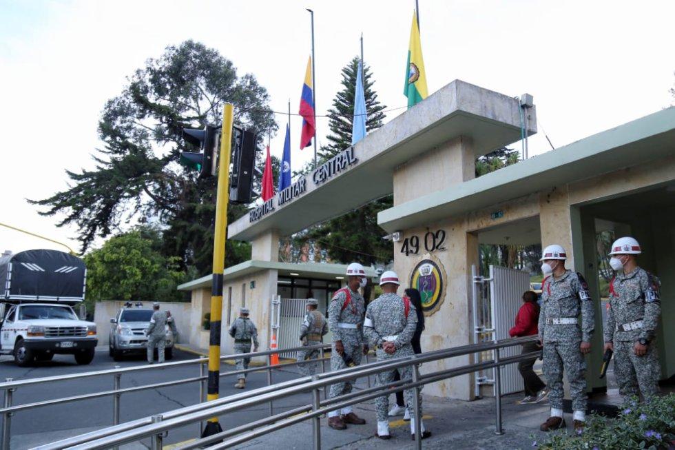 A media hasta fueron puestas las banderas de las fuerzas armadas y de Colombia.