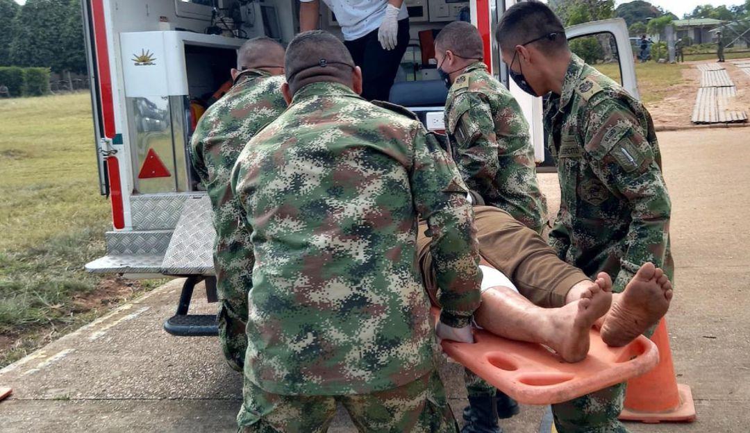 Momento del traslado de tres presuntos disidentes heridos en operación militar ejecutada en Guaviare.