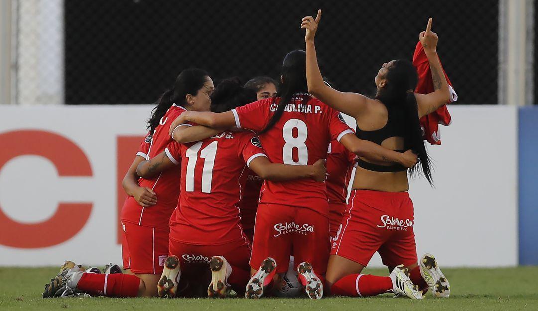 Las jugadoras del Américas festejan el gol de Joemar Guarecuco en tiempo de reposición para igualar el juego.