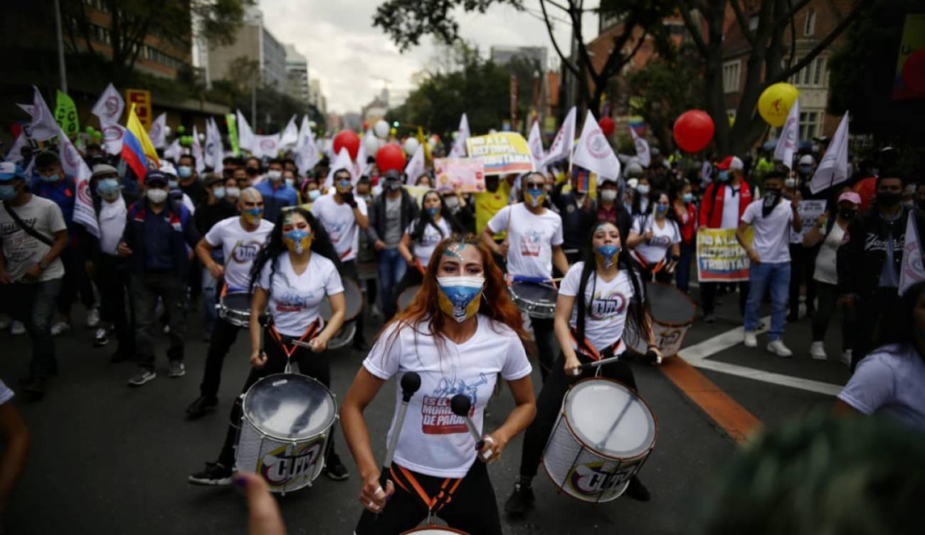 Paro 28A Colombia: Polícia bailando, 'tachos' y guaracha: los virales que  dejó la protesta 28A | Tendencias | Caracol Radio
