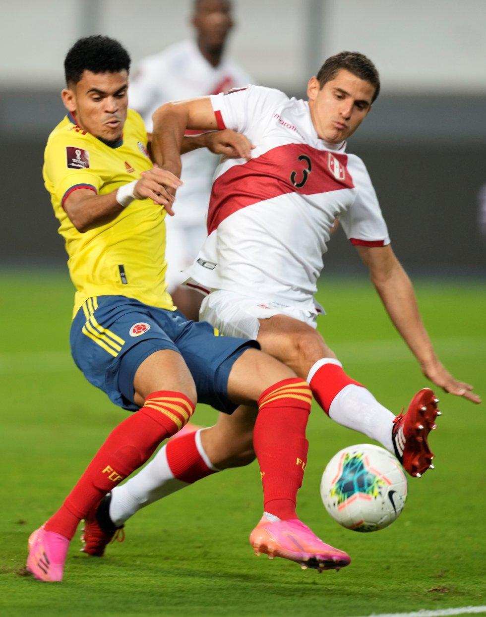 Luis Díaz y Aldo Corzo en una disputa por el balón