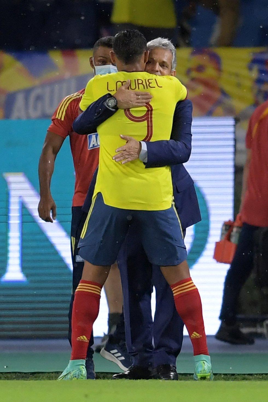 Luis Muriel y Reinaldo Rueda tras el gol de penal