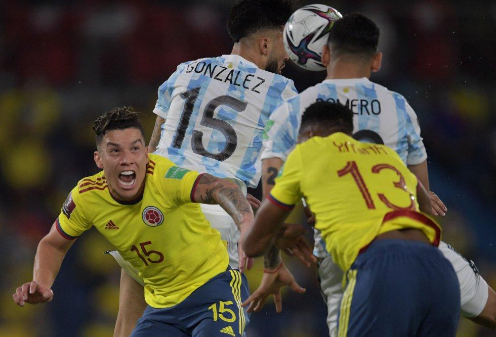 Mateus Uribe y Yerry Mina en un duelo aéreo con Nicolás Gonzáles y 'Cuti' Romero