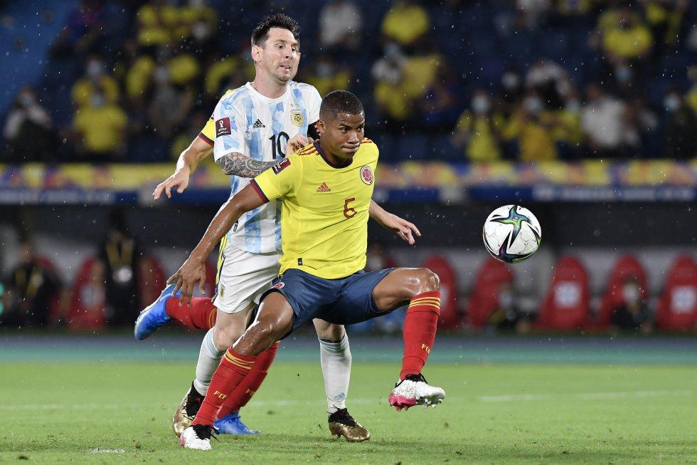 Wilmar Barrios haciendo cobertura de la pelota ante Messi