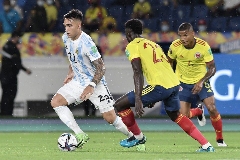 Lautaro Martínez ante la marca de Davinson Sánchez