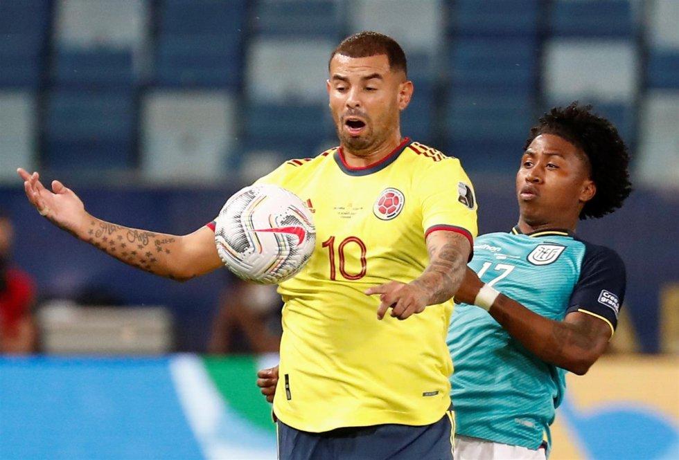 Edwin Cardona controlando con el pecho la pelota