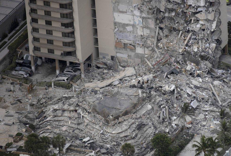 El personal de búsqueda y rescate trabaja en los escombros de la torre de condominios de 12 pisos que se derrumbó durante un colapso parcial del edificio el 24 de junio de 2021 en Surfside, Florida. En este momento se desconoce cuántas personas resultaron heridas mientras continúan los esfuerzos de búsqueda y rescate con equipos de rescate de los condados de Miami-Dade y Broward