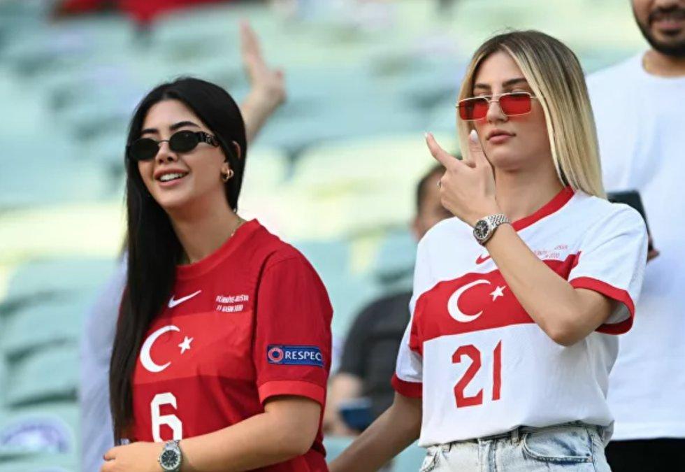 Hinchas turcas antes del partido de la fase de grupos entre las selecciones de Turquía y Gales en Bakú, Azerbaiyán. Gales obtuvo la victoria con un marcador 2-0.
