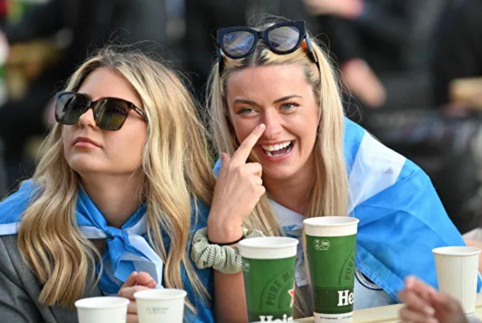Fanáticas escocesas en la 'fan zone' de Glasgow, durante el partido de la fase de grupos de la Eurocopa 2020 entre Inglaterra y Escocia.