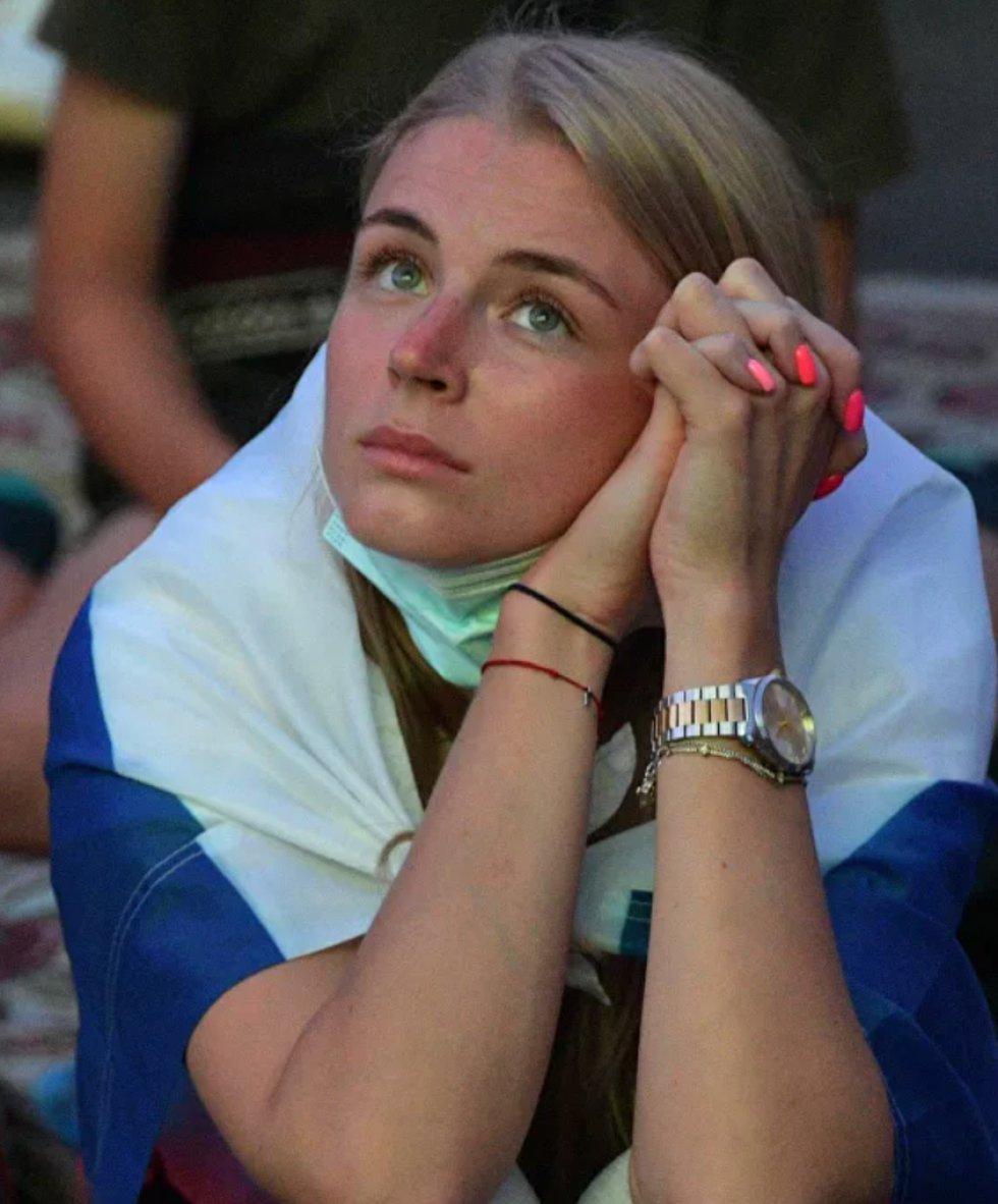 Hincha rusa en la 'fan zone' de San Petersburgo mira la retransmisión del partido de la fase de grupos de la Eurocopa 2020 entre las selecciones de Rusia y Dinamarca, en el que los rusos perdieron ante los daneses 1-4.
